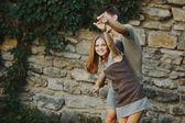 Tiener paar samen poseren — Stockfoto
