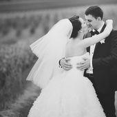 Groom and bride posing — Stock Photo