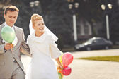 Young newlywed couple with balloons. — Stock Photo
