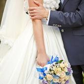 Młodzi nowożeńcy wydatków szczęśliwego ślubu. — Zdjęcie stockowe