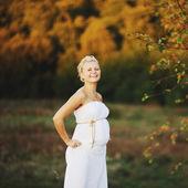 Jovem mulher grávida caucasiana — Foto Stock