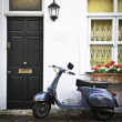 scooter in Londen mews — Stockfoto
