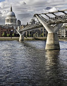 Millennium bridge and St. Paul's cathedral — Stockfoto