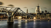 Millennium bridge and St. Paul's cathedral — Zdjęcie stockowe