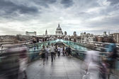 St. Paul's Cathedral & Millennium Bridge at twilight — Stock Photo
