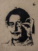 Salvador portrait graffiti dali avec étoile de mer et spider — Photo