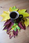 Tazza di caffè con iscrizione. decorazione autunnale. — Foto Stock