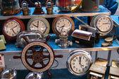 パリ - 1 月 13 日: 古い時計、2013 年 1 月 13 日パリ、フランスの大通り de ロピタル フリー マーケットで販売のためのボートのステアリング ホイールです。このフリー マーケットは、プロのアンティーク ディーラーを提供しています. — ストック写真