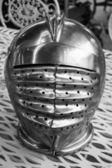 Eisen-helm des mittelalterlichen ritters auf flohmarkt in paris. schwarz und weiß. — Stockfoto