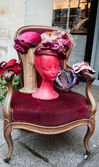 Maniquí sombrero vintage. sombreros y accesorios en el mercado de las pulgas en parís. — Foto de Stock