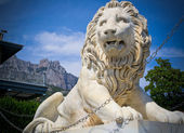 Marble lion, mountain and sky — Stock Photo