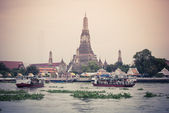 The Temple of Dawn, Wat Arun, on the Chao Phraya river and a bea — Stock Photo