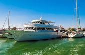 海?ボートとポート — ストック写真