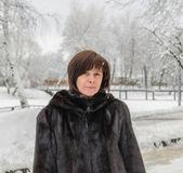 Vrouw in een bontjas — Stockfoto