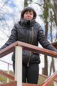 穿黑夹克的黑发 — 图库照片