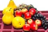 Kırmızı masa örtüsü meyve — Stok fotoğraf
