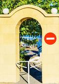 Arch i väggen med en barriär — Stockfoto
