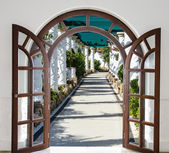 Open door arch with access to the alley — Stock Photo