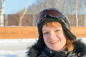 Medelålders brunett på en sluttning i en cap och ski skyddsglasögon — Stockfoto