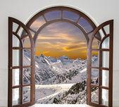 арочные двери открыты с видом на вершины снежных гор и — Стоковое фото
