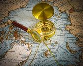 Kompas en vergrootglas — Stockfoto