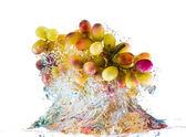 Виноград попадают в воду — Стоковое фото