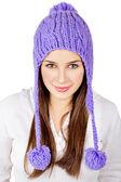 Mooie jonge vrouw dragen van een paars hoed geïsoleerd op wit — Stockfoto