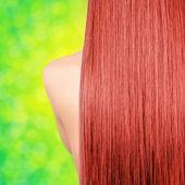 Proste długie rude włosy na tle bokeh zielony — Zdjęcie stockowe