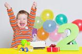 Bezaubernd kleiner junge feiert zweiten geburtstag — Stockfoto