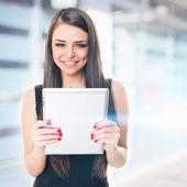 Empresária na frente do prédio de escritórios, segurando o tablet — Fotografia Stock