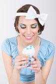 Süße retro frau in blau mit eis — Stockfoto