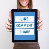 Szczęśliwa młoda kobieta komputer tablet wyświetlone przyciski sieci społecznej — Zdjęcie stockowe