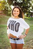 Chica joven estudiante casual en el parque — Foto de Stock