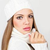 Hermosa mujer joven con sombrero blanco invierno y bufanda — Foto de Stock