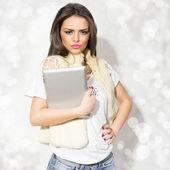 Kürk giyen tablet tutan şık genç kadın — Stok fotoğraf