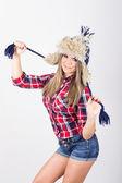 Casual donna carina con cappello lavorato a maglia alla moda inverno — Foto Stock