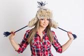 Carino alla moda giovane donna che indossa il cappello di inverno birichino — Foto Stock