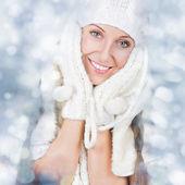 Ragazza felice di natale indossando guanti e cappello bianco a maglia — Foto Stock