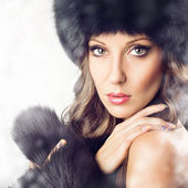 Sensual gorgeous woman wearing black fur in winter — Stockfoto
