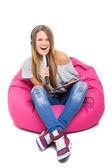 Linda chica adolescente cantando karaoke con micrófono de cepillo de pelo — Foto de Stock