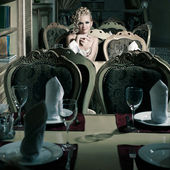 Retrato de mujer retro en interior clásico — Foto de Stock