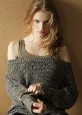 Fashionabla modell med lockigt hår över trä bakgrund. da — Stockfoto