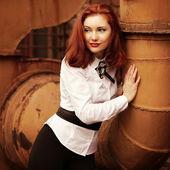 美丽微笑白上衣的红发女孩在艾菲尔铁塔的背景 — 图库照片