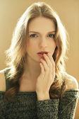 Emotivní módní model s kudrnatými vlasy na dřevěné poz — Stock fotografie