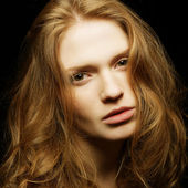 Wzruszający portret młode piękne dziewczyny imbir na czarny backgro — Zdjęcie stockowe