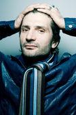 Portrait einer modischen gut aussehender mann in blauer jacke mit streifen — Stockfoto