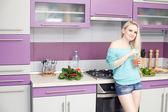Krásná mladá těhotná žena těší čerstvé ovocné šťávy v jejím mo — Stock fotografie