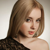 Luxury woman model, fashion chic jewelry, neckline. Closeup. — Stock Photo
