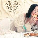 portrét mladé krásné ženy jíst její croissant s st — Stock fotografie