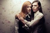 Retrato de hermosa pelo largo estilo vintage: las manos — Foto de Stock